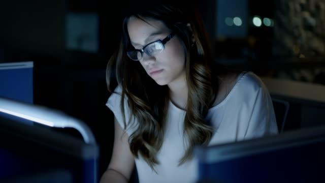 Mujer-de-negocios-empresaria-cansada-con-dolor-de-cabeza-en-la-oficina-por-la-noche