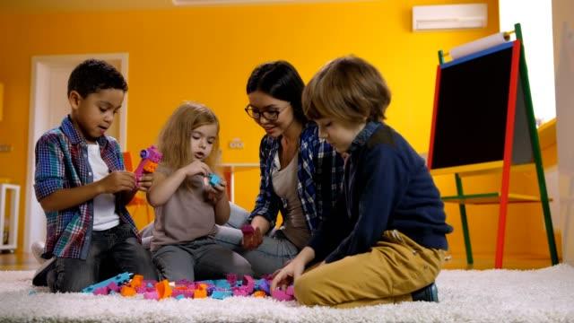 Niños-jugando-con-bloques-de-juguete-de-Kinder