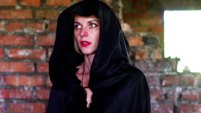 Mädchen-in-einem-schwarzen-Mantel-im-Wrack