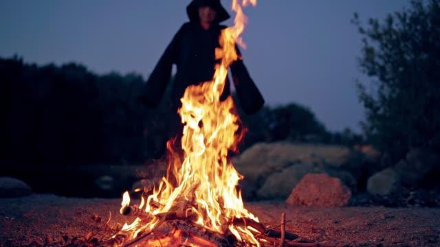 La-vieja-bruja-cocina-una-poción-de-hechicería-en-el-matorral-del-bosque-