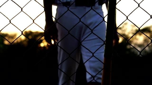 Los-hombres-están-golpeando-al-jugador-de-béisbol-con-la-puesta-de-sol