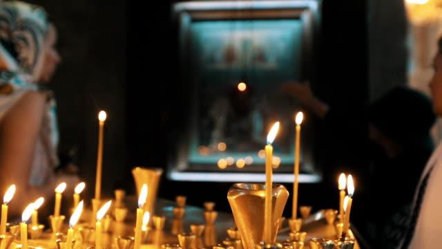 Muchas-velas-en-una-iglesia