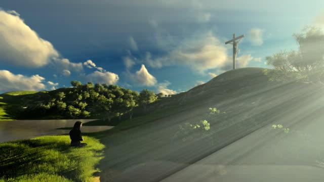 Frau-an-Jesus-Kreuz-über-schönen-Morgen-beten-Sonnenstrahlen-schwenken