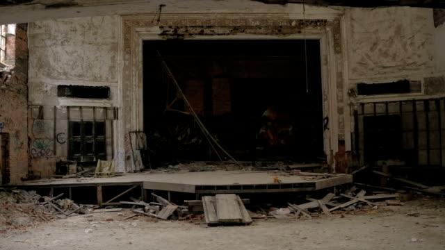 CLOSE-UP:-Graffiti-schmücken-zerstörten-Theaterbühne-in-verlassenen-Stadt-Methodist-Church