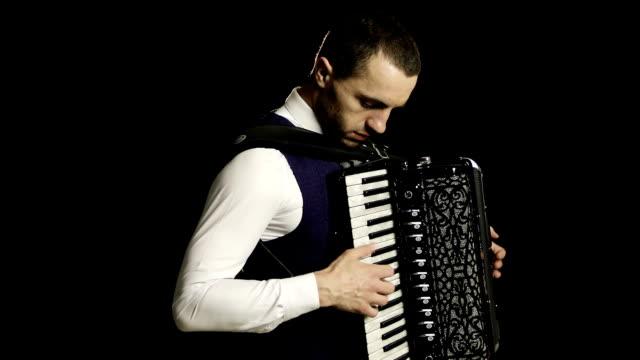 Un-músico-en-una-camisa-blanca-toca-el-acordeón-