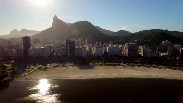 Rio-de-Janeiro-aéreo:-lento-movimiento-hacia-la-playa-de-Botafogo-con-edificios-y-Cristo-Redentor-en-el-fondo