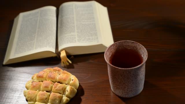 Biblia-con-pan-y-cáliz-Panorámica-