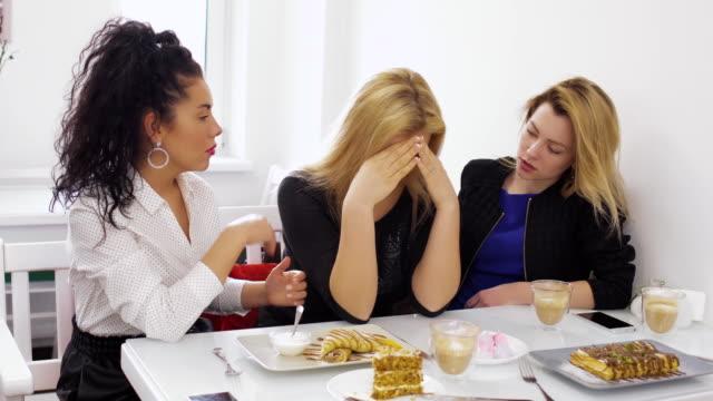 Mujer-muy-triste-se-queja-a-sus-amigos-sobre-su-fracaso-con-su-novio