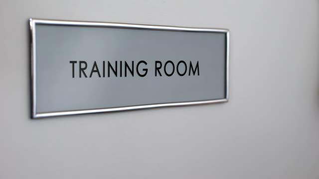 Puerta-de-la-habitación-de-entrenamiento-mano-golpeando-closeup-Conferencia-de-negocios-Seminario-de-empresa