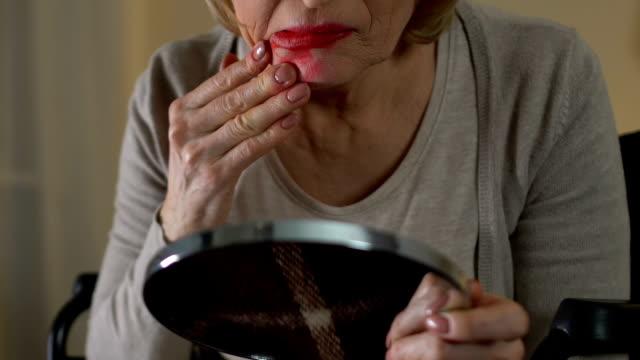 Anciana-en-silla-de-ruedas-manchas-de-lápiz-labial-sobre-su-cara-y-lloraba-histéricamente