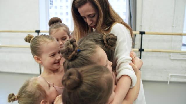 Abrazando-el-profesor-después-de-clase-de-baile