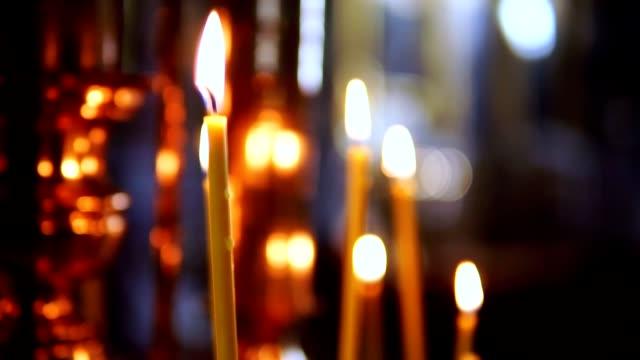 Quema-la-vela-fuera-de-foco-en-el-altar-de-la-Christian-Church