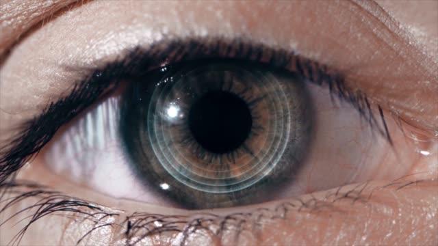 Tecnológica-lente-en-el-ojo-El-concepto-de-tecnologías-futuras-Ojo-femenino-con-lentes-futuristas-macro
