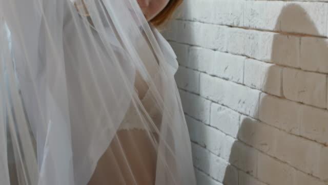 Tentadora-a-mujer-joven-en-lencería-sonriendo-para-la-cámara