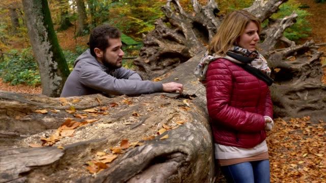 hombre-de-amor-pidiendo-desesperadamente-perdón-a-su-novia-llorando-en-el-bosque