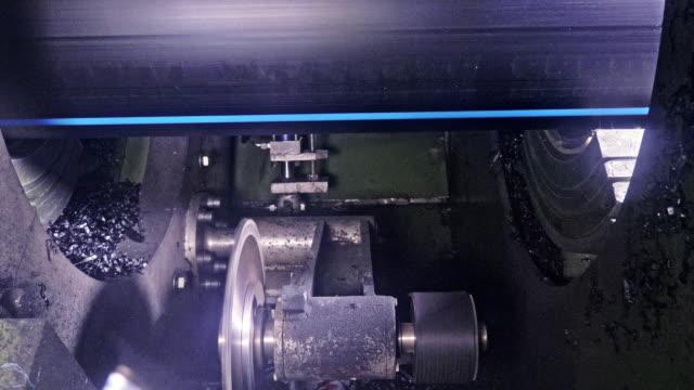 Máquina-de-sierra-circular-de-la-serrería-Fabricación-de-la-fábrica-de-tubos-de-agua-de-plástico-Proceso-de-fabricación-de-tubos-de-plástico-en-la-máquina-herramienta-con-el-uso-de-presión-de-agua-y-aire-