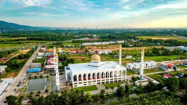 Lapso-de-tiempo-de-antena-en-movimiento-o-hyper-anulados-hermosa-mezquita-