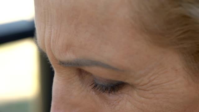De-mujer-llorando-cerca-salido-persona-nativa-recordando-dolor-de-la-pérdida-de