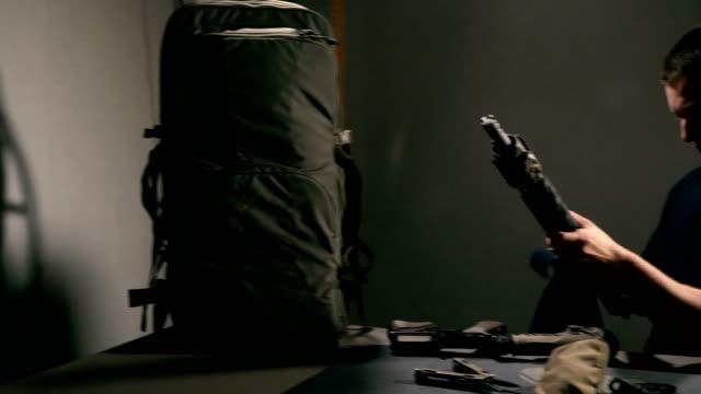 Limpiar-el-arma-El-hombre-está-limpiando-un-fusil-semiautomático