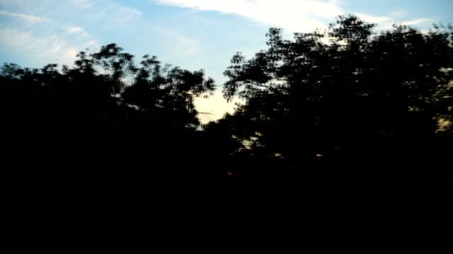 El-movimiento-del-tren-en-una-puesta-de-sol-Tiro-en-movimiento-