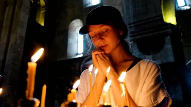 Turismo-de-mujer-rezando-en-una-iglesia-grande