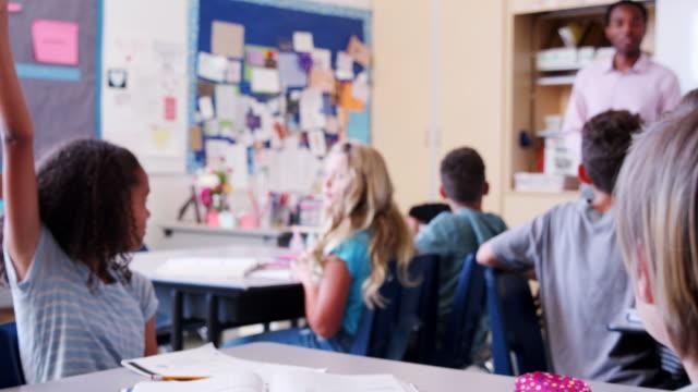 Colegiala-que-presenta-a-sus-compañeros-de-la-escuela-primaria