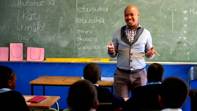 Männliche-Lehrer-unterrichten-von-Schülern-in-der-Klasse-4k