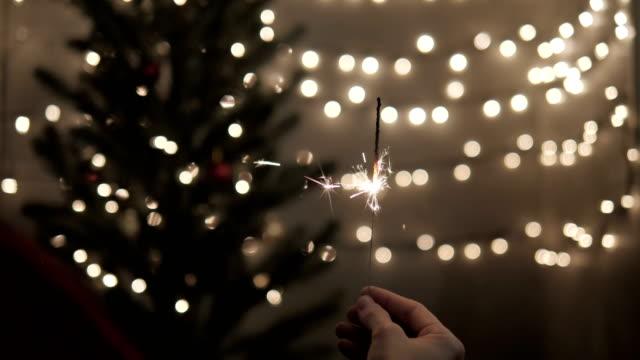 Bengala-de-explotación-femenina-con-luces-de-árbol-de-Navidad-en-la-fiesta
