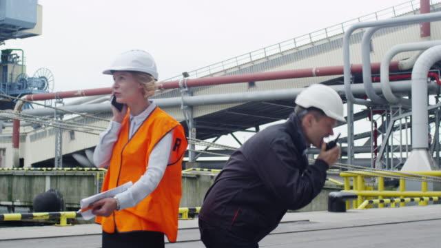 Betonte-Schwerindustrie-Arbeitnehmer-aktiv-Gespräch-am-Telefon-und-zwei-Wege-Radio