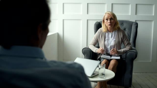 Psiquiatra-experimentado-asesoramiento-a-su-cliente