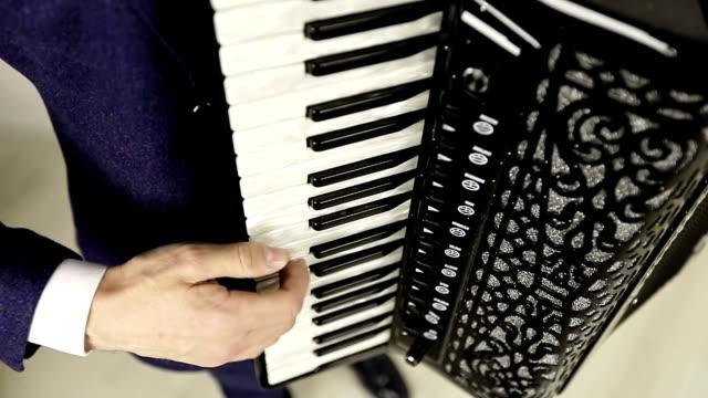 El-acordeonista-toca-una-pieza-sensual-un-acordeón-caro-