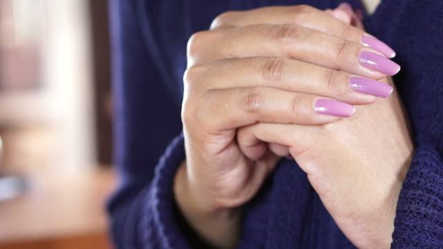 mano-de-la-bella-mujer-orando-pacíficamente-en-la-iglesia-