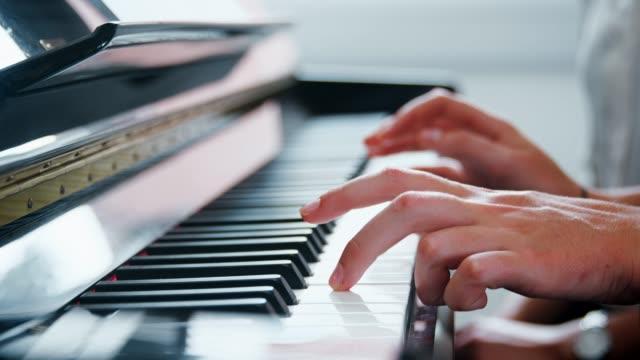 Cerca-de-la-pupila-con-el-maestro-tocando-el-Piano-en-la-lección-de-música
