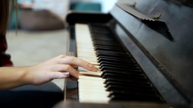 Chica-toca-el-piano
