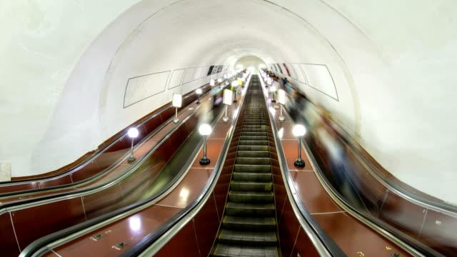 Gente-en-la-escalera-en-un-metro-timelapse-hyperlapse