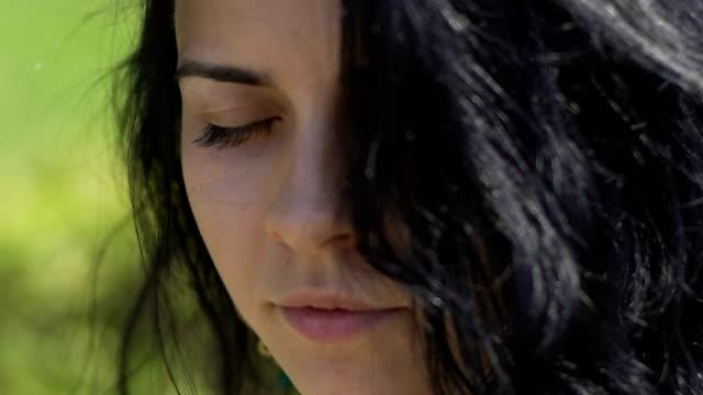 Schöne-Frau-öffnet-Augen-sieht-in-der-Kamera-dunkles-Haar-Mischung-raste-selbstbewusst-weiblich