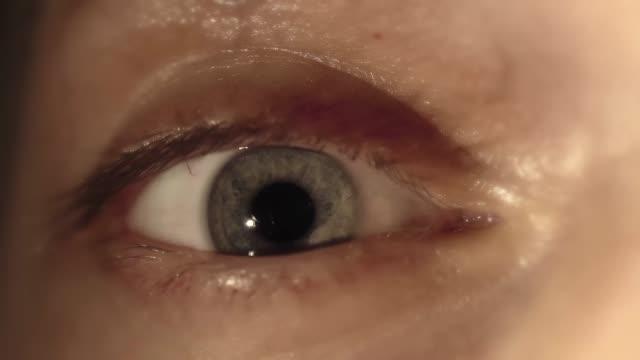 Extremo-cerca-de-un-Iris-verde-ojo-masculino-contratación