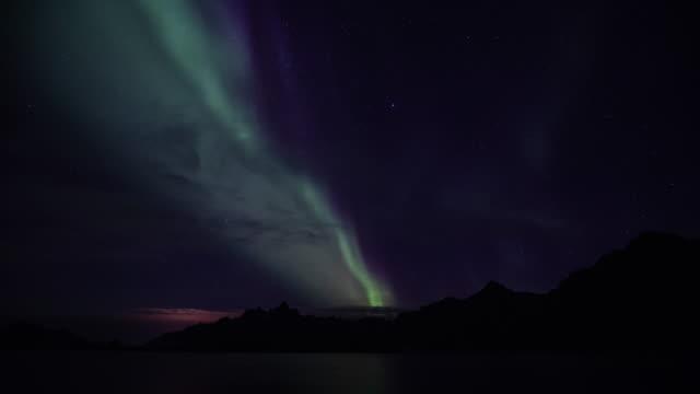 Lapso-de-tiempo-de-la-aurora-boreal-(aurora-borealis)-sobre-Trollfjord-en-islas-de-Lofoten-Noruega