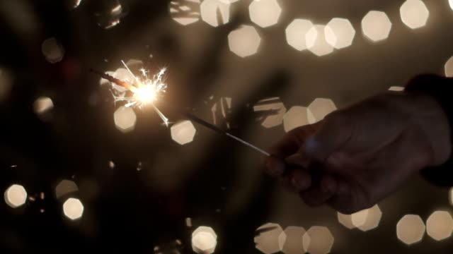 Chica-de-la-mano-con-luces-de-Bengala-en-celebrar-la-fiesta-en-casa