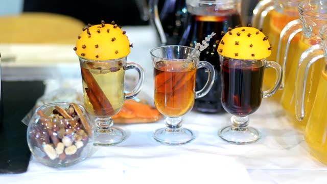 Glühwein-Wein-heißen-Tee-mit-Zimt-und-Orangensaft-auf-Tisch-Furshet-von-heißen-Getränken-zur-Feier-des-Neujahrs-Party-und-köstliche-Weihnachts-Drink-für-Wintersaison