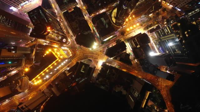 nachts-beleuchteten-Hong-Kong-Stadtbild-Innenstadt-Verkehr-Straße-Topdown-aerial-Panorama-4k