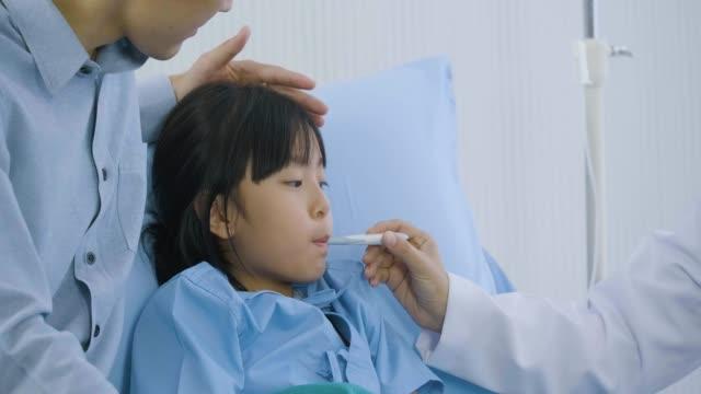 Médico-mujer-mirando-el-termómetro-después-de-medida-de-temperatura-Chica-recuperación-comprobado-por-médico-profesional-de-la-salud-amigable-