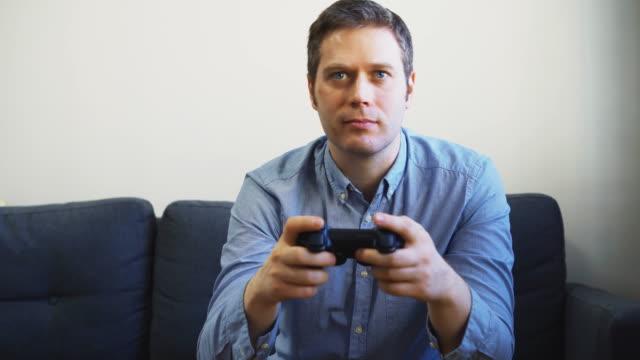 Hombre-jugando-videojuego-de-carreras-en-la-televisión-Controlador-Gamepad-en-las-manos-