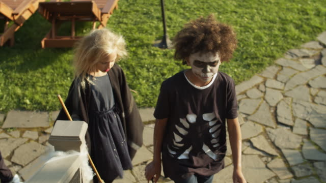 Children-Trick-of-Treating-on-Halloween