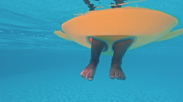 Lustige-Unterwasserbeine-im-Schwimmbad