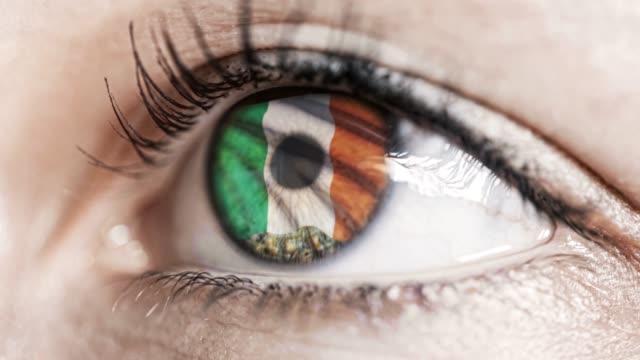Frau-grünes-Auge-in-Nahaufnahme-mit-der-Flagge-von-Irland-in-Iris-mit-Windbewegung.-Videokonzept