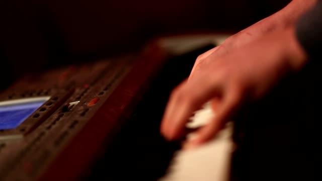 Humanos-de-las-manos-tocando-piano-en-la-fiesta-