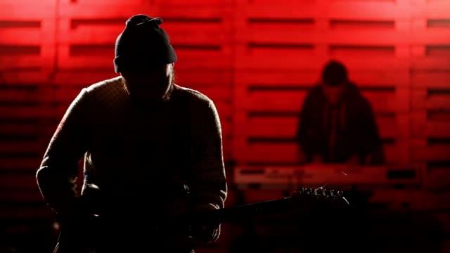 Banda-de-rock-interpretando-música-en-el-escenario-