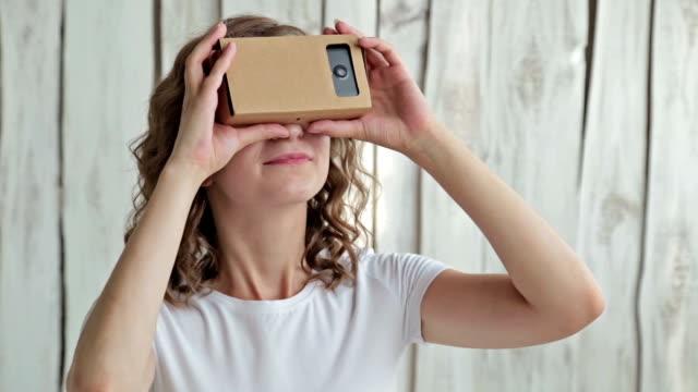 Lockiges-Mädchen-mit-Virtual-Reality-Brille