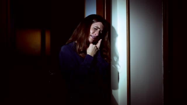 Mujer-deprimida-triste-sola-llorando-en-la-oscuridad-abandonado-por-su-marido